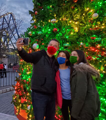 HolidayMemoriesTree-Dad-wDaughters.jpg